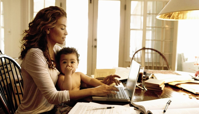 mom-working-with-kids